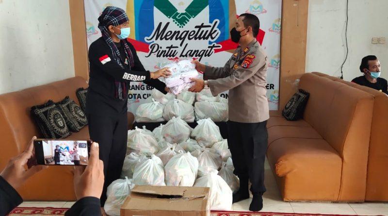 Polres Cilegon, Salurkan Puluhan Paket Sembako Dan Masker Ke Relawan Yayasan Mengetuk Pintu Langit