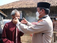 *Cegah Penyebaran Covid-19, Polda Banten Bagikan Ratusan Masker di Kp Domas*