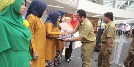 Peringati Hari Ibu, Wali Kota dan Wakil Kompak Beri Bunga ke Istri