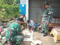 Koordinator Tim Kreatif TMMD 107 Dampingi Anggota Membuat Pupuk Cair Organik Bersama Warga