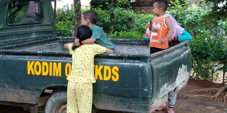 Mobil Kodim Jadi Mainan Anak Anak